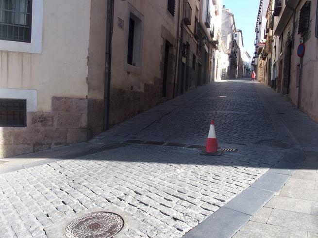 Corte de tráfico en la calle San Pedro de Cuenca con motivo de la reparación de una alcantarilla en mal estado