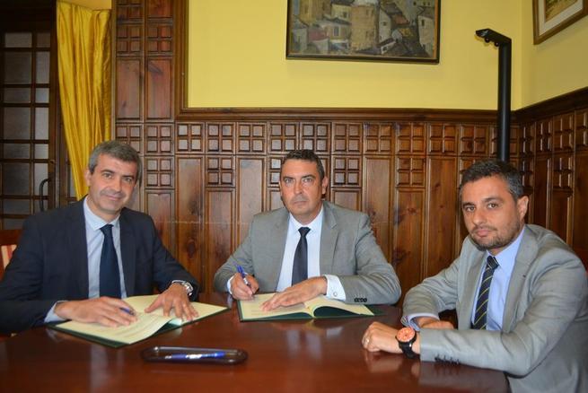 Imagen: Álvaro Gutiérrez firma un convenio para prevenir los riesgos laborales en la constucción