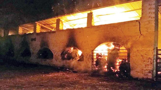Emergencia Ciudad Real interviene en controlar un incendio de unas 300 balas de paja en la finca ganadera de Matavelarde en la pedanía de Navacerrada