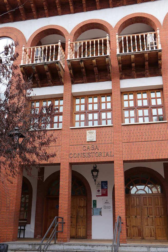 El Ayuntamiento de Argamasilla de Calatrava abona las becas municipales de residencia o transporte a universitarios y alumnado de FP, Danza o Música