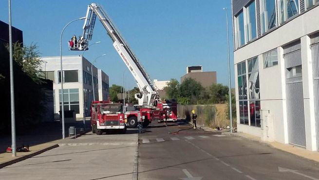 La rápida intervención de los Bomberos de Toledo evita la propagación de  un incendio declarado en una factoría del Polígono