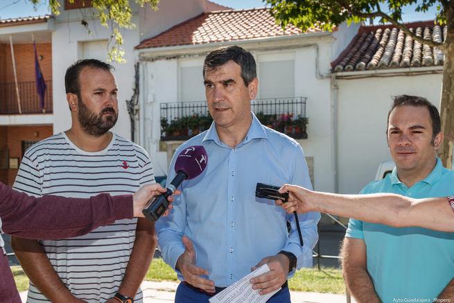El alcalde, Antonio Román, presenta en Usanos el proyecto de renovación de la red de abastecimiento de agua en la pedanía