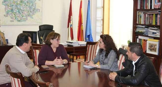Infraestructuras, empleo y la feria Mencatur centran la reunión entre el Gobierno regional y la alcaldesa de Villanueva de la Fuente
