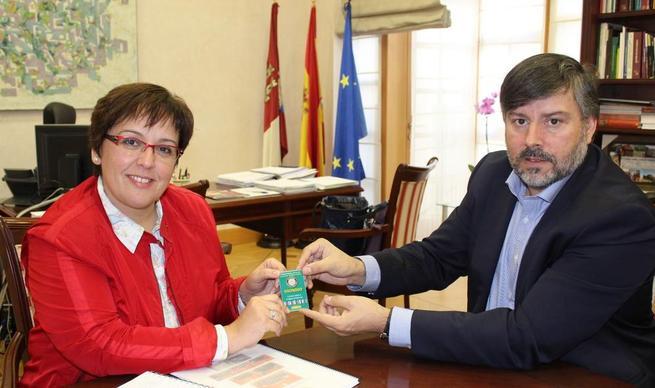 Imagen: La delegada de la Junta recibe a la junta directiva del Club Balonmano Alarcos Ciudad Real