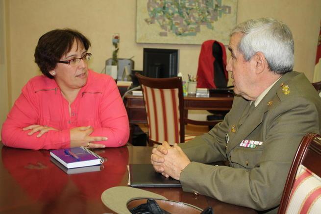 Imagen: Olmedo recibe al subdelegado de Defensa en Ciudad Real, Francisco Javier Jiménez Castillejo
