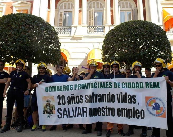Imagen: Bomberos de Emergencia Ciudad Real vuelven a concentrarse ante la Diputación y acceden al pleno