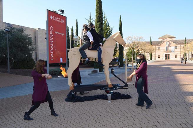 Imagen: El grupo de teatro Malaestirpe de la UCLM representa 'Clavileño' en el Campus de Ciudad Real