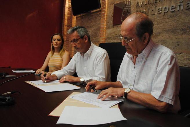 Imagen: Valdepeñas suscribe con Cáritas un convenio de 10.000 euros para la atención de temporeros en vendimia
