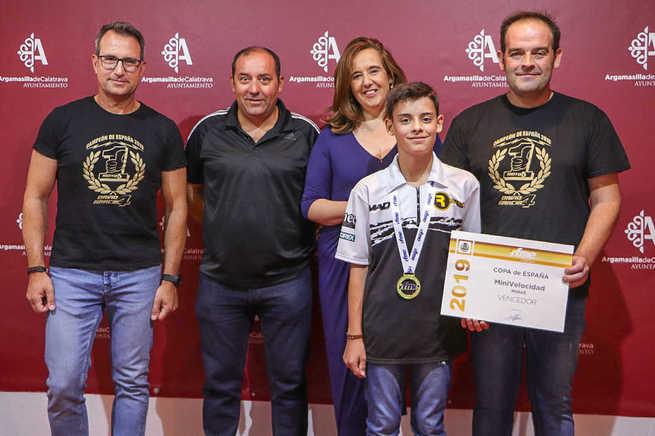 Jacinta Monroy recibe a David García tras la consecución del título de campeón de España de Minivelocidad de Moto 4