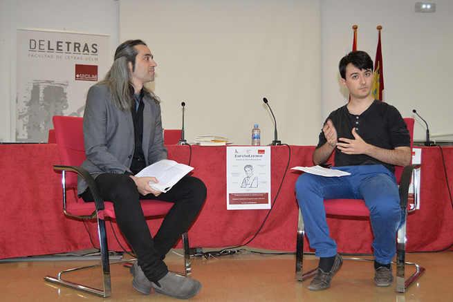 El dramaturgo Álvaro Tato traslada a los estudiantes de la Facultad de Letras su amor por la profesión escénica