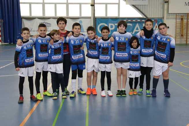 Alrededor de 130 niños y niñas de Manzanares disfrutan del balonmano en la escuela deportiva municipal