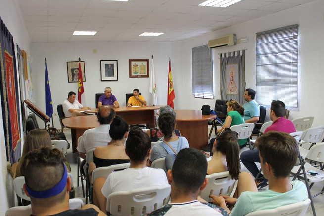 Ayuntamiento y peñas de Villamayor intercambian ideas para mejorar las Fiestas de Septiembre