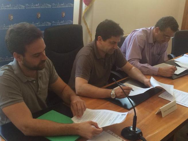 Imagen: El ayuntamiento de Bolaños  firma el contrato para la sustitucion del césped del campo municipal de deportes