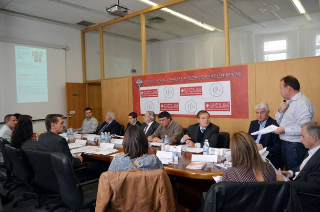 Imagen: La Facultad de Químicas y empresas de la región trabajan en la búsqueda de nuevas vías de colaboración