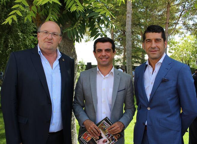 Javier Cuenca agradece a Manuel Caballero y a Pascual González Masegosa la gran labor que realizan a favor de la Fiesta de los Toros