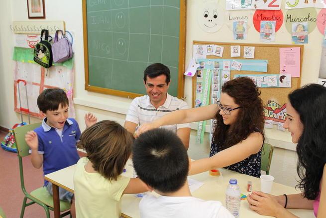 """Imagen: Javier Cuenca se muestra """"muy satisfecho"""" por la oferta lúdico-formativa que ofrece la Asociación Desarrollo en su Escuela de Verano"""