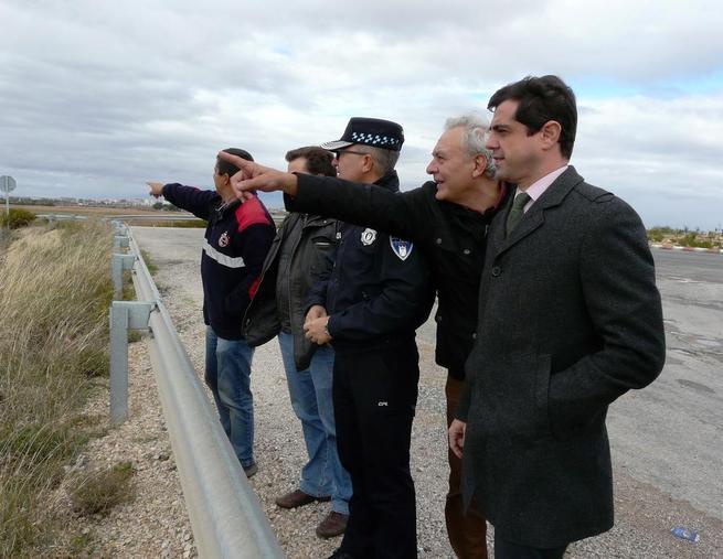 Imagen: El alcalde de Albacete agradecido a la Policía Local, Bomberos y voluntarios de Protección Civil la gran labor que han realizado en los últimos días para evitar inundaciones en la ciudad.