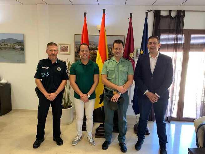 El alcalde de Herencia da la bienvenida al nuevo sargento que estará al frente del puesto de la Guardia Civil
