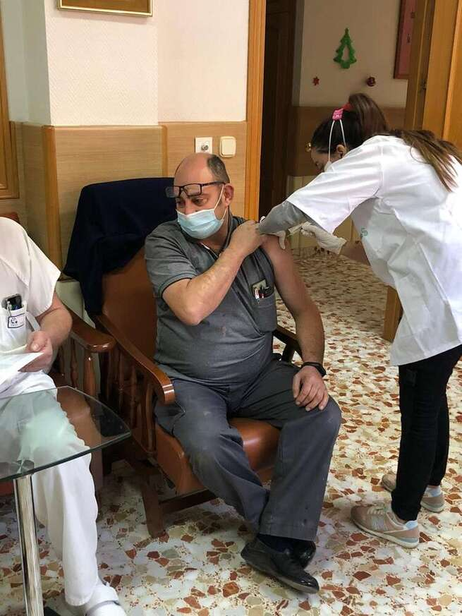 Residentes y trabajadores de las dos Residencias de Quintanar de la Orden han recibido hoy la primera dosis de la vacuna contra el Covid-19