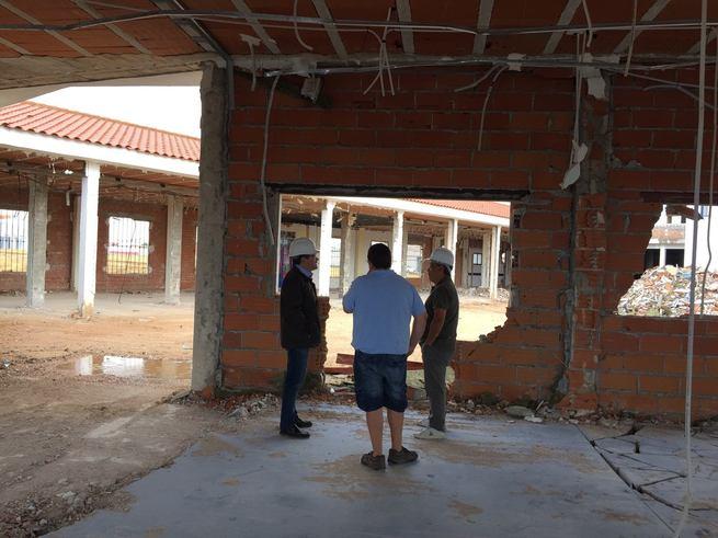 El Alcalde de Pedro Muñoz comprueba la evolución de las obras de la Residencia.