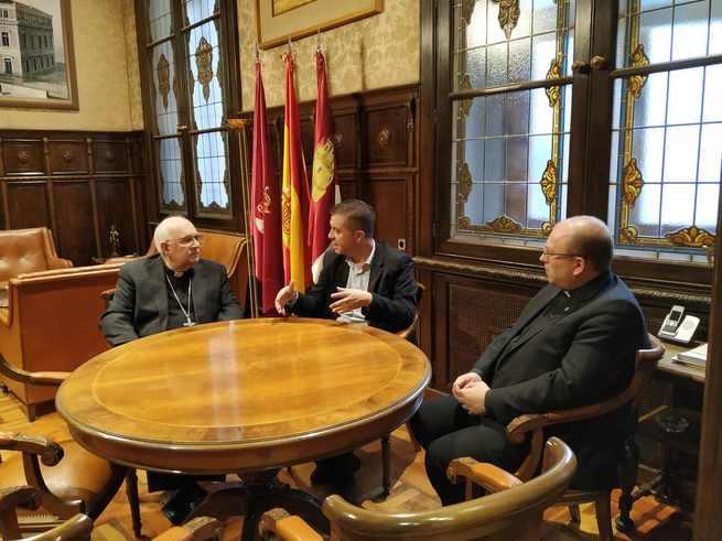 Santiago Cabañero y Monseñor Fernández Collado ponen en valor el convenio que la institución provincial mantiene con Cáritas Diocesana