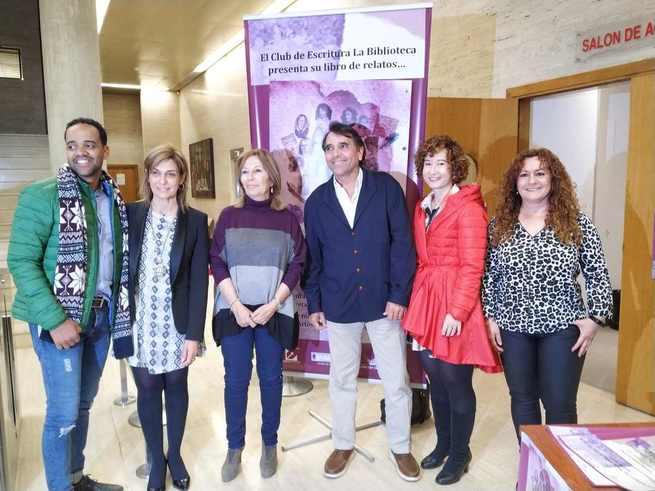 Un nutrido grupo de personas se da cita en el salón de actos de la Diputación de Albacete para asistir a la presentación del libro 'Mujeres para tener en cuento'