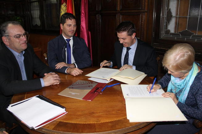 Imagen: El presidente de la Diputación firma convenios con las asociaciones ACAFEM de Caudete y Más que una Ilusión de Almansa