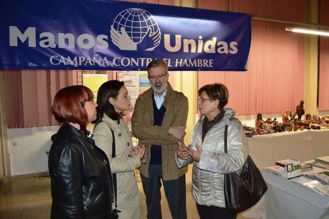 Imagen: La alcaldesa de Ciudad Real Pilar Zamora anuncia el incremento de la cooperación internacional en el mercadillo de Manos Unidas
