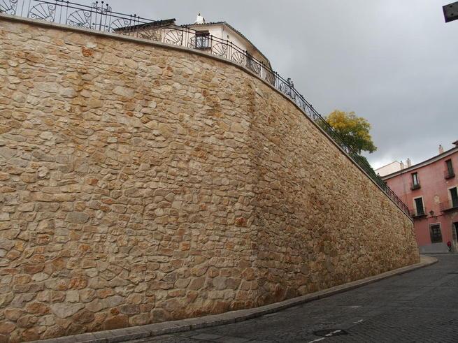 Imagen: El Ayuntamiento de Cuenca recepciona la obra de reconstrucción del muro de la calle Alfonso VIII
