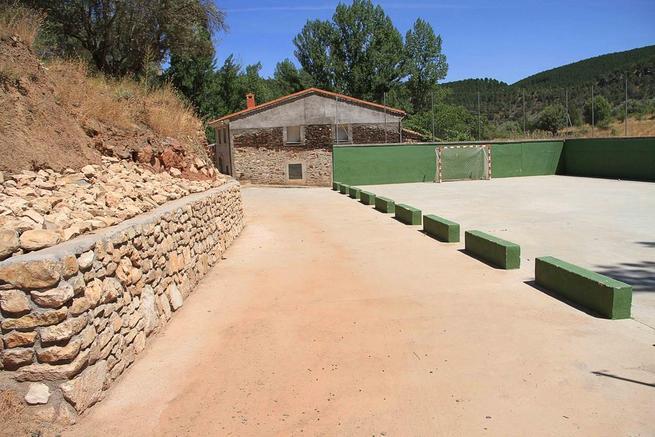 Imagen: Un muro de mampostería remata el urbanismo en el entorno deportivo de Muriel