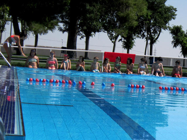 Imagen: 60 personas han iniciado hoy los cursillos de natación de la Piscina Municipal de Villacañas