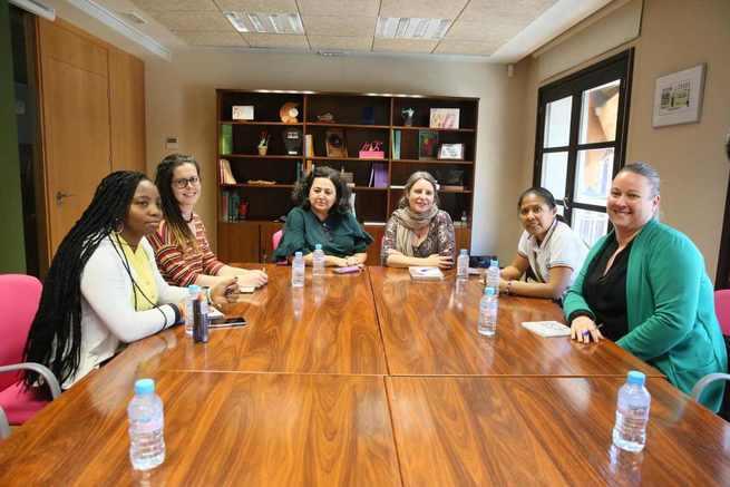 El Gobierno regional se reúne con la ONG Movimiento por la Paz para conocer la realidad de los derechos humanos de las mujeres en Colombia