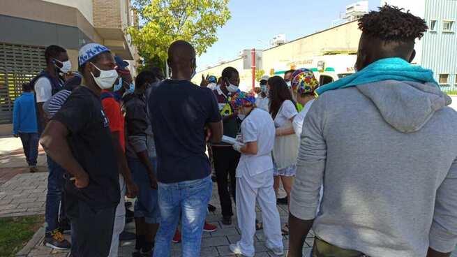 Las administraciones acuerdan nuevas medidas de gestión del aislamiento de los temporeros del asentamiento de Albacete