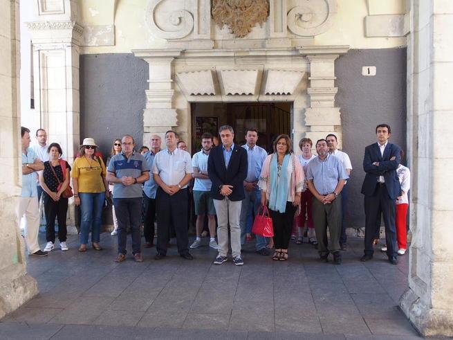 Imagen: Minuto de silencio en el Ayuntamiento de Cuenca por el ataque terrorista en Niza