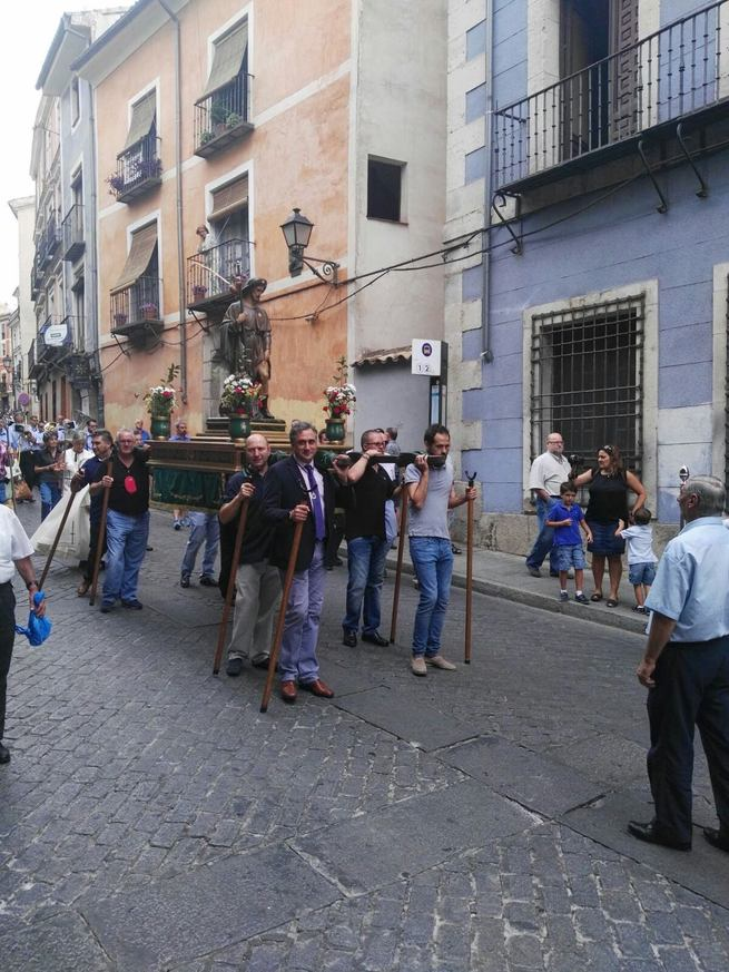 Mariscal preside la procesión en honor a San Roque por las calles del Casco Antiguo de Cuenca