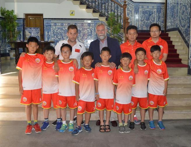Imagen: Jaime Ramos ha recibido a una decena de niños de la localidad china de Changzhou, que han participado en un Campus deportivo de Talavera