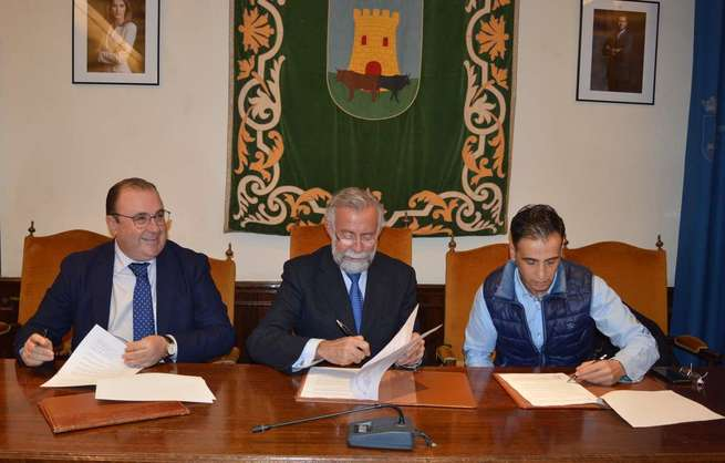 Ramos firma un convenio con Vettonia y Asergrup Seguridad para la realización  del octavo mural de la ruta cerámica
