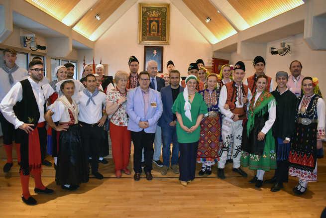 Pilar Zamora recibe a los participantes en el 36º Festival Internacional de Folklore