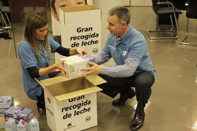 """Imagen: La Obra Social """"la Caixa"""" recoge 10.700 litros de leche en favor del Banco de Alimentos de Toledo"""