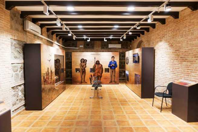 El prestigioso arqueólogo Manuel Santonja visitó el Museo Arqueológico de Porzuna