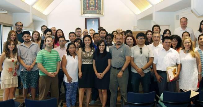 Imagen: Pilar Zamora recibe a alumnos de dos posgrados internacionales