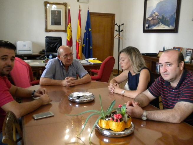 Imagen: El subdelegado del Gobierno se reúne con la alcaldesa de Navalpino