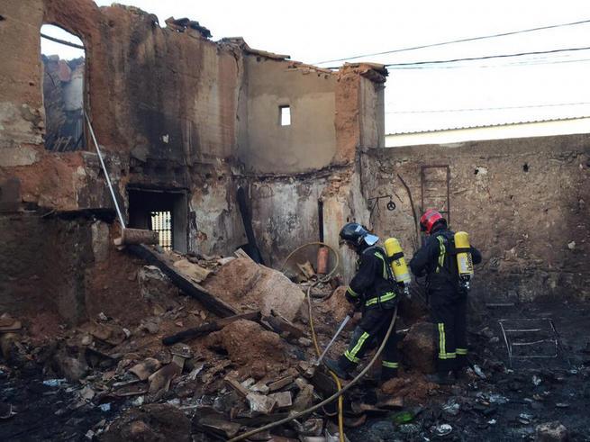 Imagen: Un fallecido en un incendio en una casa llena de basura