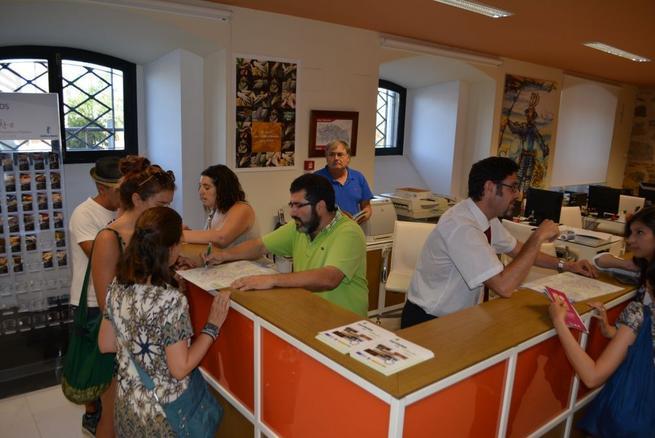 La oficina provincial de turismo ha atendido a for Oficina registro comunidad de madrid