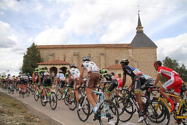 Imagen: Tamajón recibió con una pancarta gigante a la Vuelta Ciclista a España