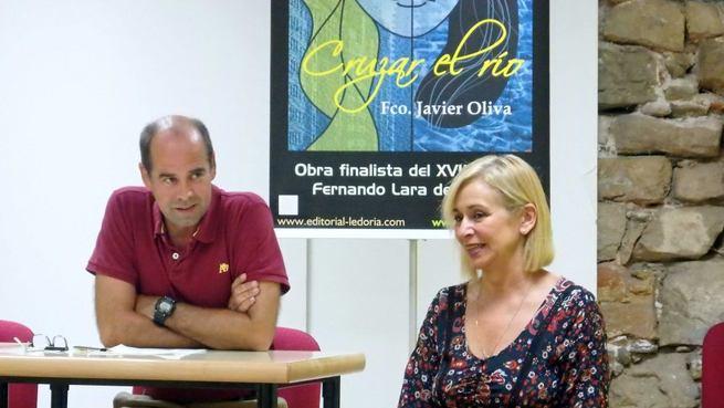 Imagen: El seguntino Javier Oliva presentó en Sigüenza su última novela, 'Cruzar el río'