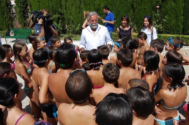 Imagen: Jaime Ramos visita a los niños de los 'Campamentos Urbanos'