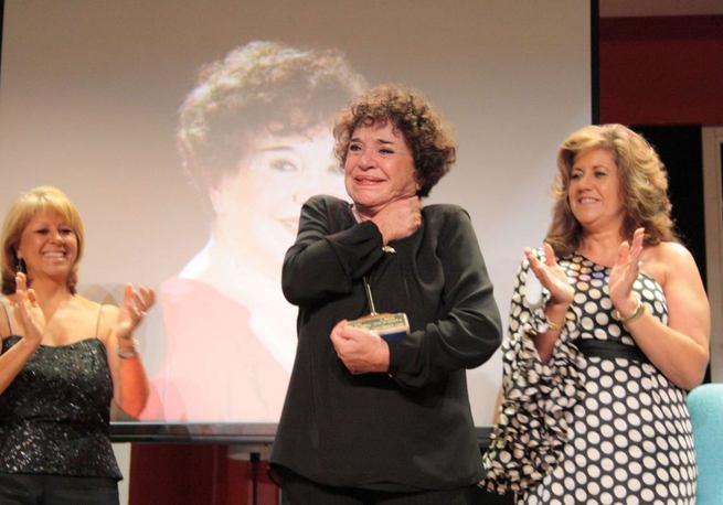 Imagen: La actriz Mª Fernanda D'Ocón recibe entre lágrimas de emoción el tercer Premio Patio de Comedias de Torralba de Calatrava