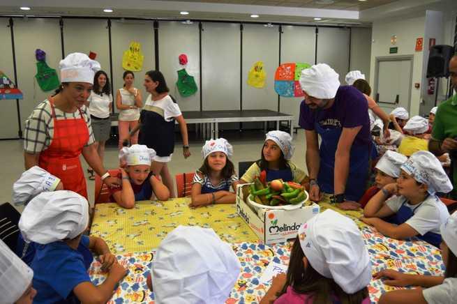 Imagen: Los pequeños aprenden a cocinar  productos manchegos