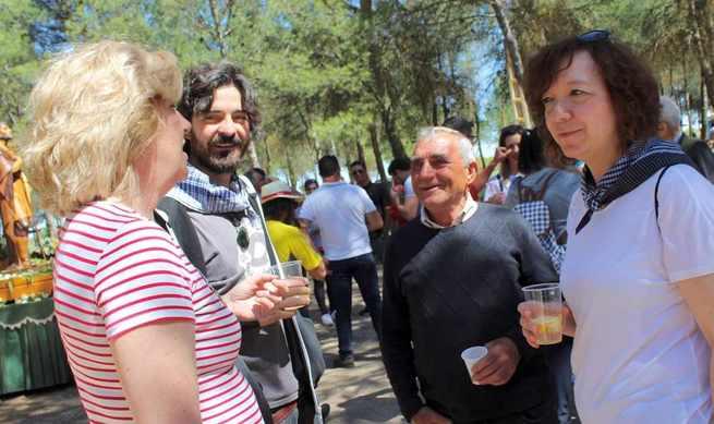 La alcaldesa alcazareña acompañó a vecinos y vecinas de Cinco Casas en la celebración de San Isidro